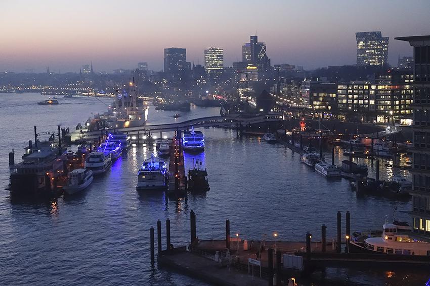 Die Plaza der Elbphilharmonie Hamburg Abendstimmung Hafen