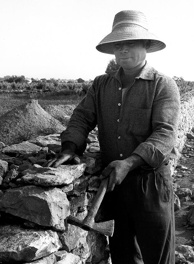 Impressionen Formentera 1960-80 Natursteinmauer im Bau
