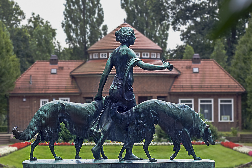 Hamburg Stadtpark Skulpturen Diana mit Hunden