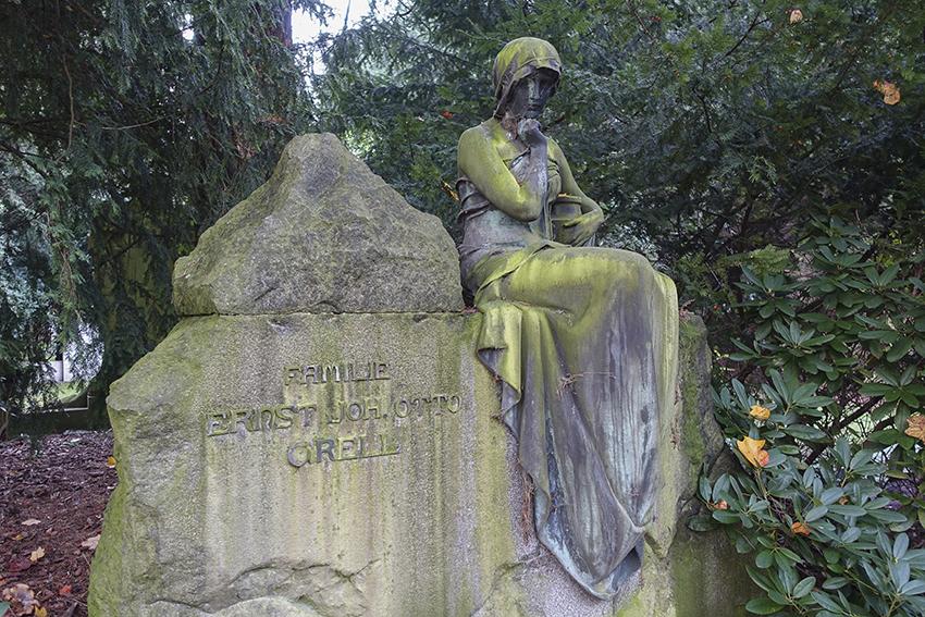 Ohlsdorfer Friedhof Frau auf Grabstein