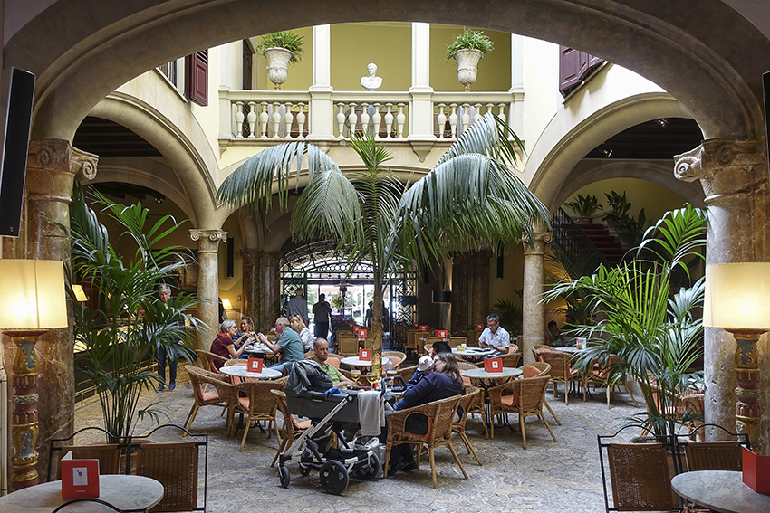 PALMA de Mallorca ein Kulturausflug Cappuccino